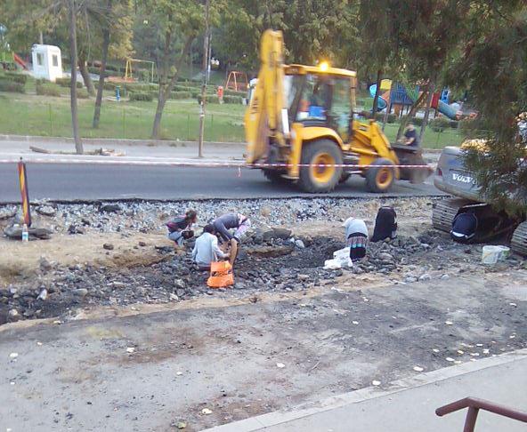 Rromii din Tulcea scormonesc în strada Isaccei după ferosiliciul lui Ceauşescu