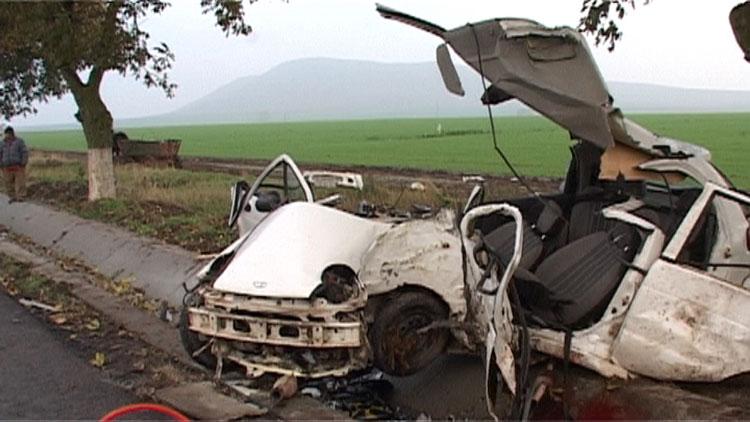 Două persoane decedate şi trei răniţi într-un accident petrecut pe şoseaua umedă