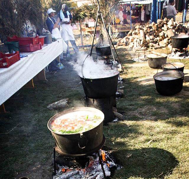 La Jurilovca, borşul pescăresc se prepară într-un ceaun special, de o tonă!