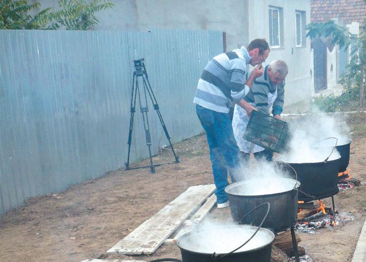 Moldovenii de la Zdob şi Zdub vin să guste din borşul de peşte uriaş de la Jurilovca!