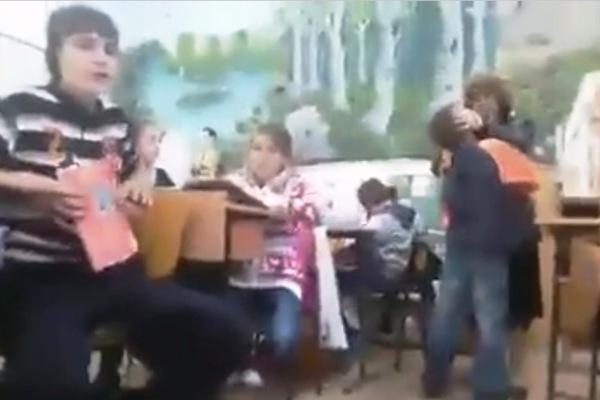 Memoriu cu 300 de semnături pentru ca profesoara bătăuşă să fie lăsată la catedră