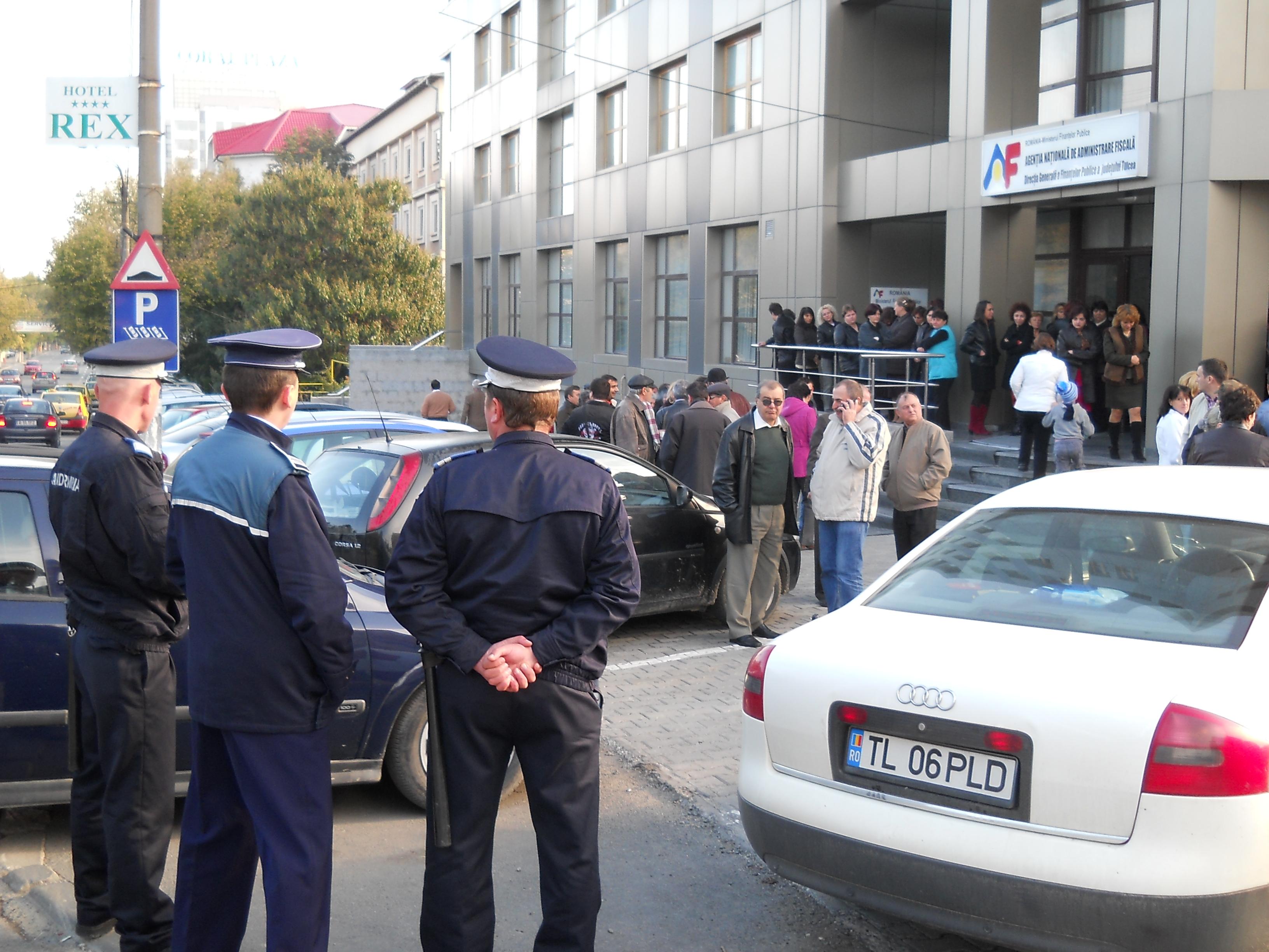 Angajaţii Finanţelor Publice Tulcea au protestat în faţa instituţiei