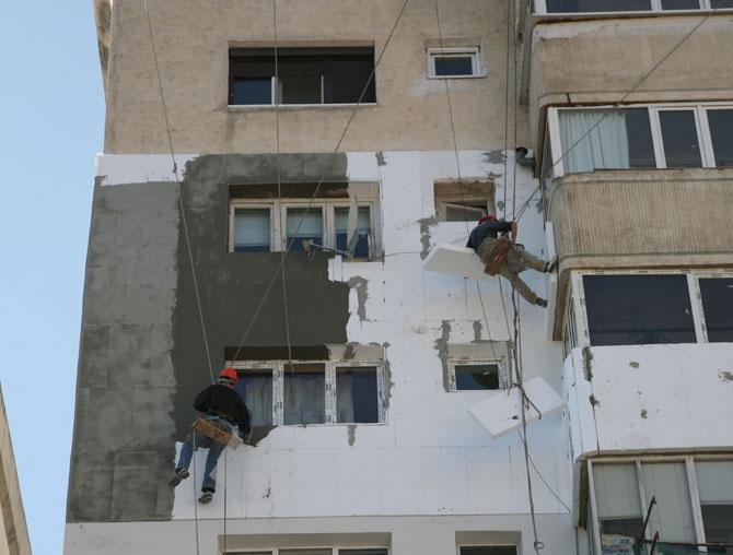 Blocurile izolate cu polistiren de proastă calitate, risc major de dezastru
