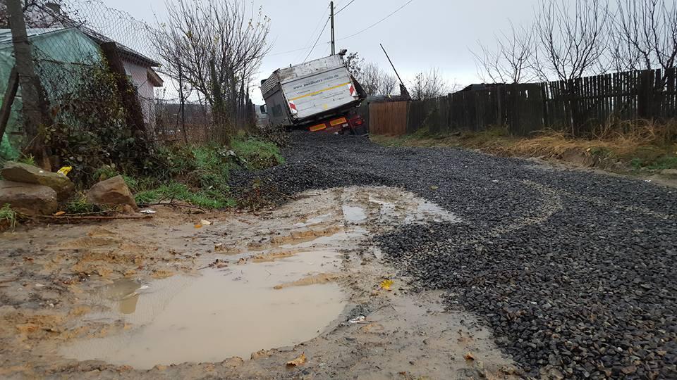Un camion a rămas împotmolit pe o stradă din Cataloi, din cauza ploilor abundente