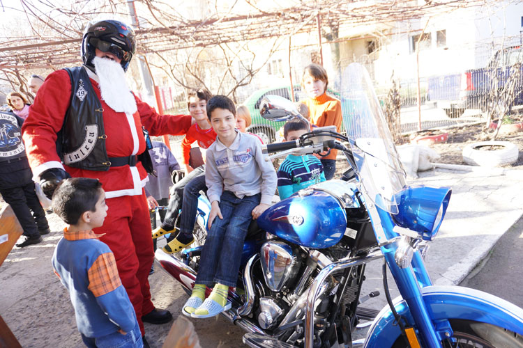 Copiii din centrele de plasament au primit daruri de la Moto Moş Crăciun