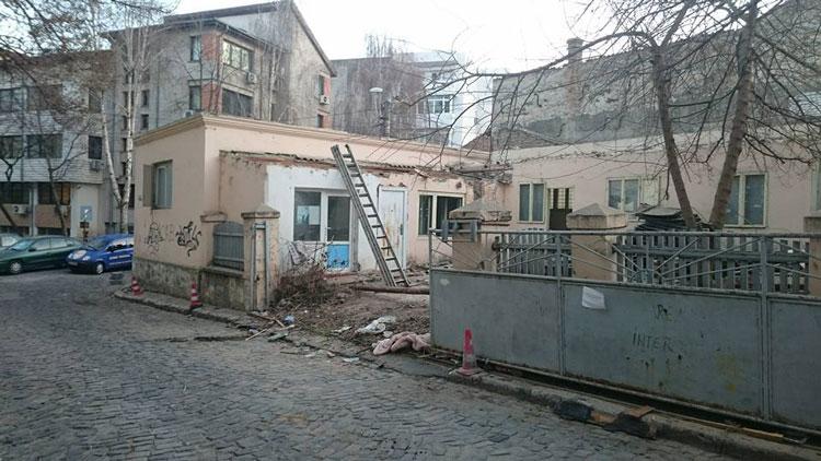 A început marea demolare de pe strada Frumoasă