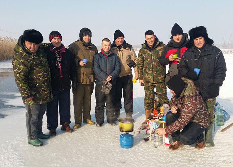 Concurs de pescuit la copcă pe balta Rachelu: participanţii au prins ştiucă pe ritmurile Horii Unirii