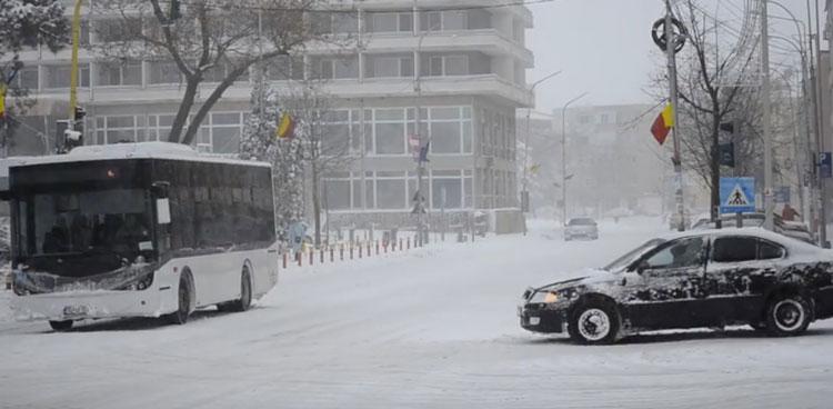 Transportul public din oraş funcţionează în ritm de… iarnă