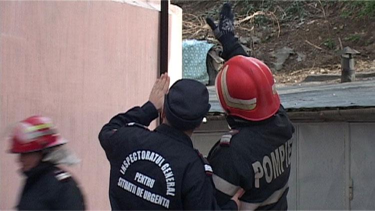 Pompierii au dat jos zeci de metri pătraţi de tencuială care stătea să cadă peste trecători