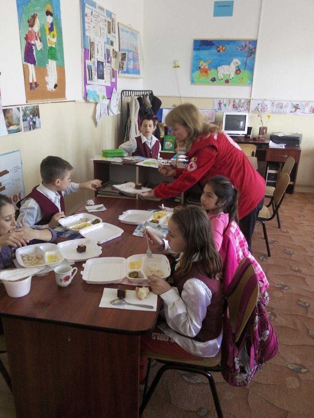"""Mese calde pentru 70 de copii defavorizaţi de la Şcoala Profesională """"Danubius"""""""