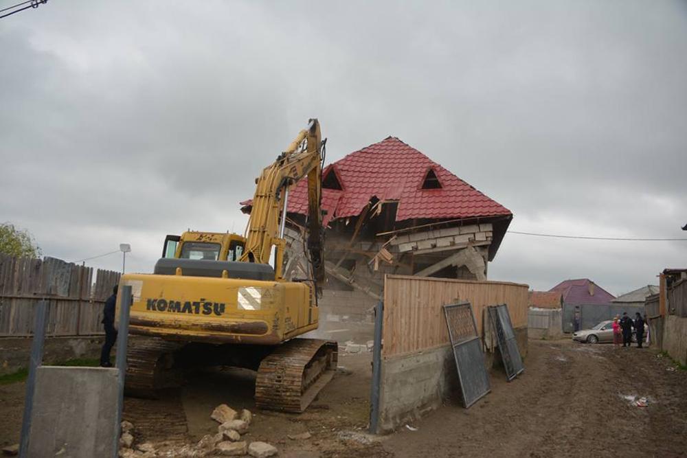 Prima casă fără autorizaţie a căzut sub loviturile buldozerului