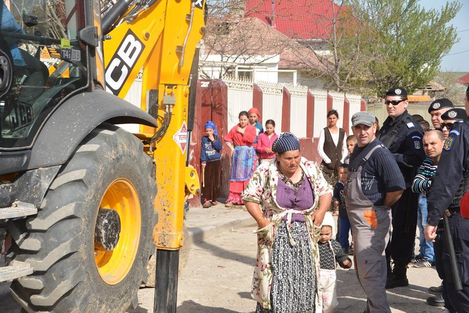 A început curăţenia de primăvară în Babadag: 36 de case, debranşate  cu forţa de la reţeaua de apă