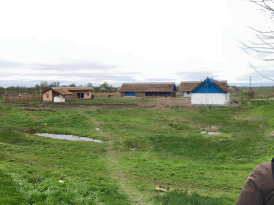 Cele cinci construcţii eco de pe Grindul Tătaru sunt aproape gata: deţinuţii încep să planteze copacii
