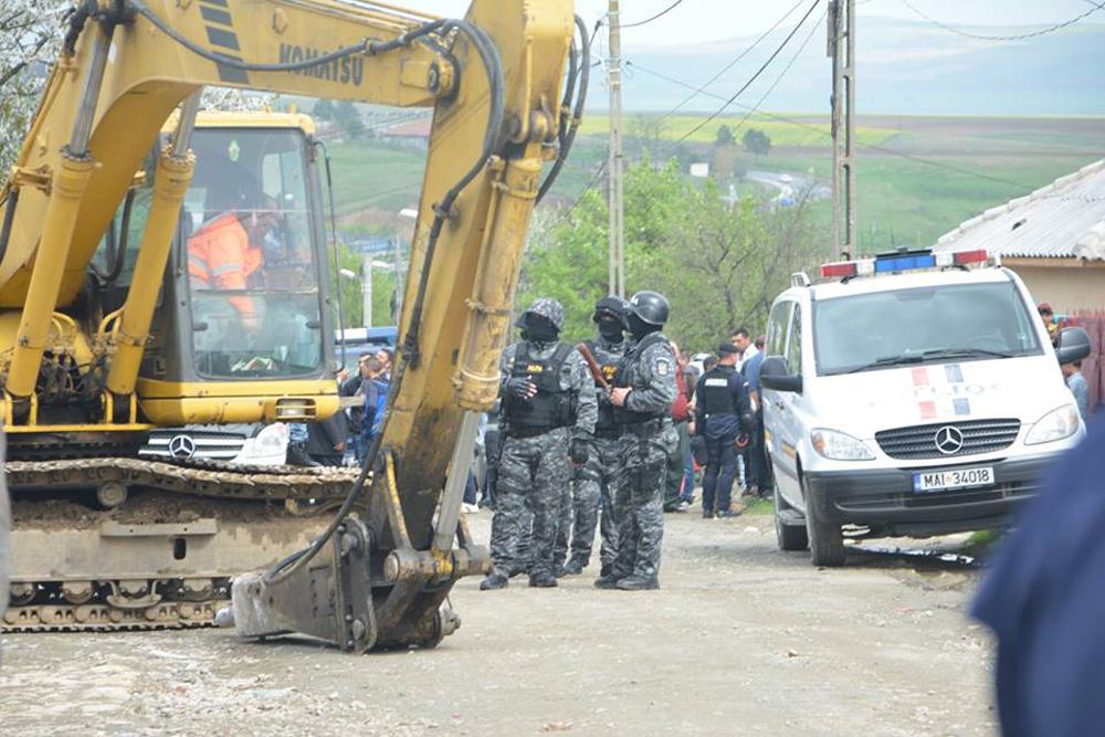 Două case fără autorizaţie au scăpat, deocamdată, de buldozer datorită unor chichiţe avocăţeşti