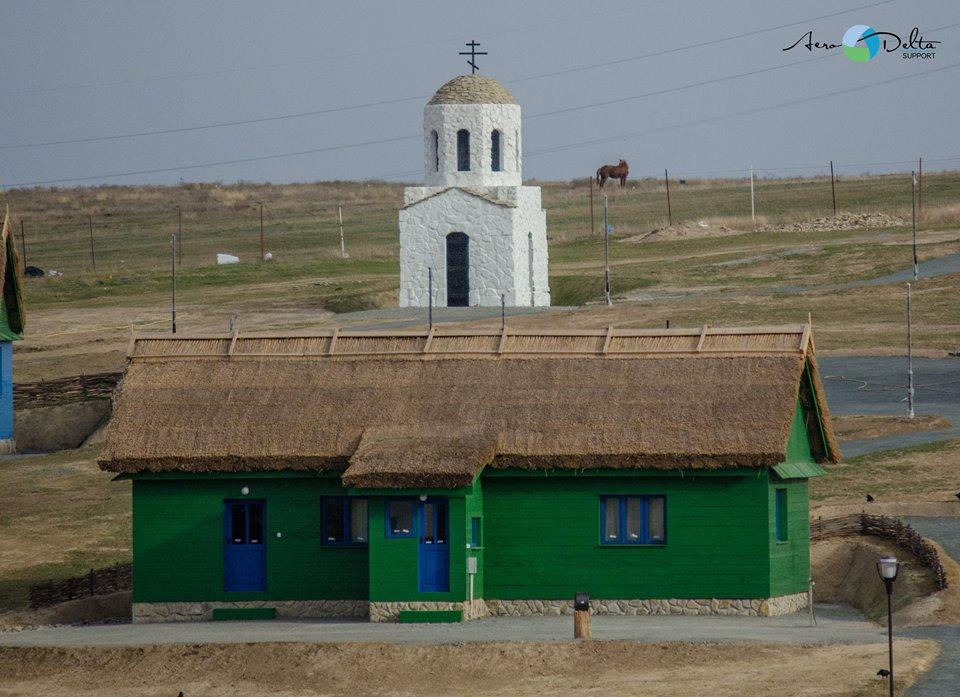 Satul pescăresc de la marginea municipiului rămâne autentic: împrejmuirea, cu gard de nuiele