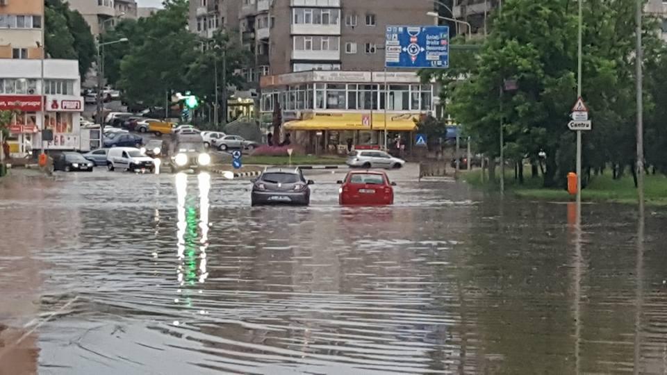 Acţiunea de salubrizare a municipiului, în urma furtunii de luni seara, se va încheia astăzi