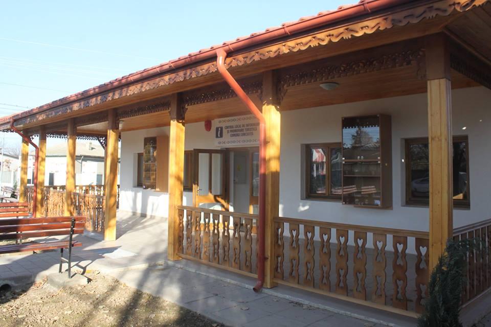 Stupinele, bărcile şi paziile caselor tradiţionale din Luncaviţa, colorate în cadrul unui proiect naţional