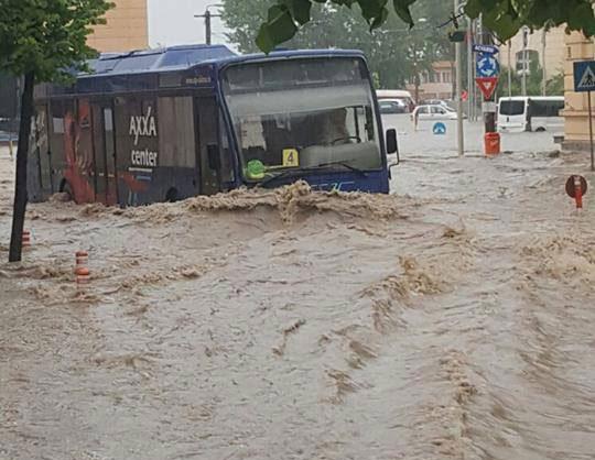 În mai puţin de o oră, Municipiul Tulcea, inundat de o ploaie diluviană