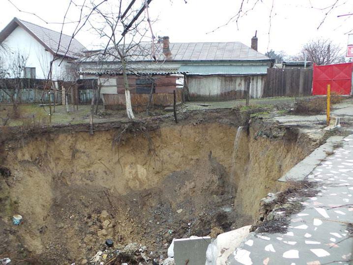 Alunecările de teren ameninţă să înghită mai multe case din zonă