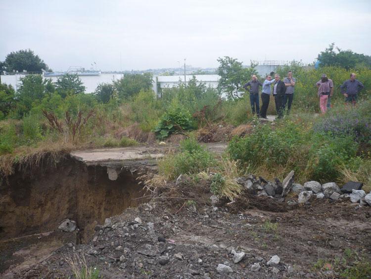 Se pregăteşte terenul pentru consolidarea versantului măcinat de apele pluviale