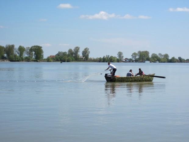 Şi pescarii sportivi se revoltă: n-au unde să-şi arunce lanseta pentru că lacurile din deltă sunt împânzite de plase