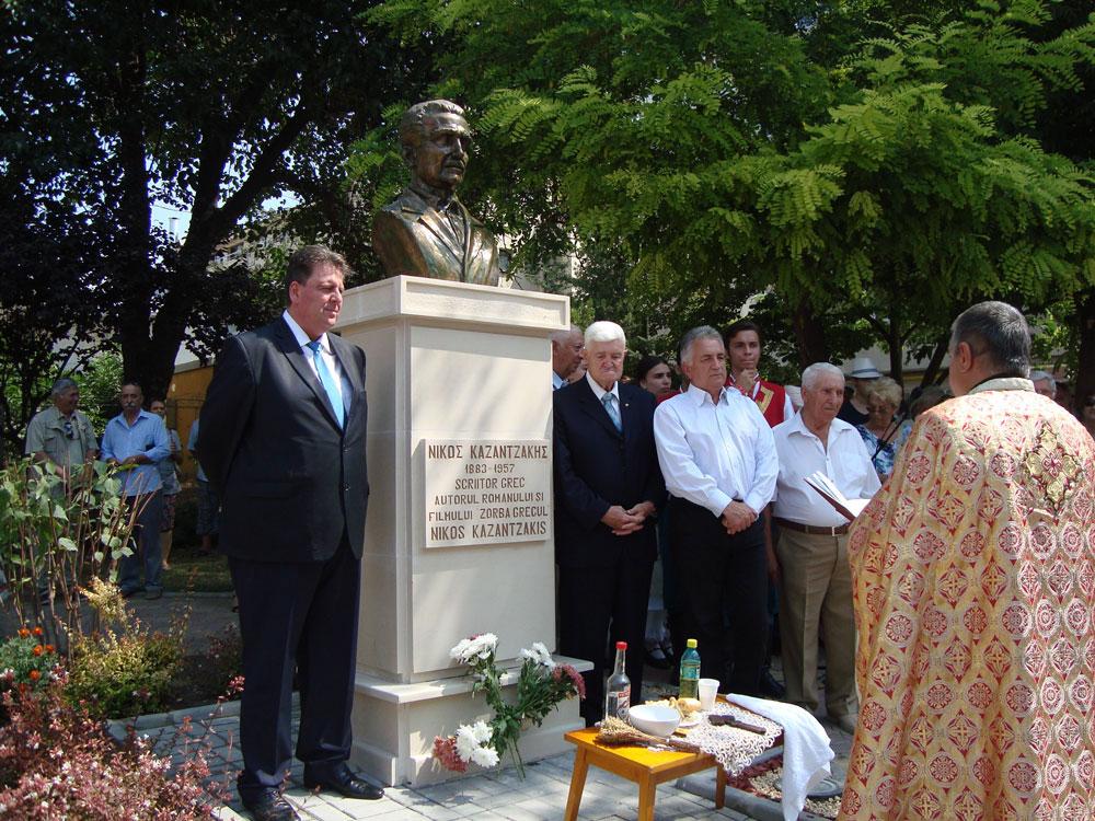 Primarul Constantin Hogea şi deputatul comunităţii elene, Dragoş Gabriel Zisopol, au dezvelit bustul marelui scriitor grec Nikos Kazantzakis