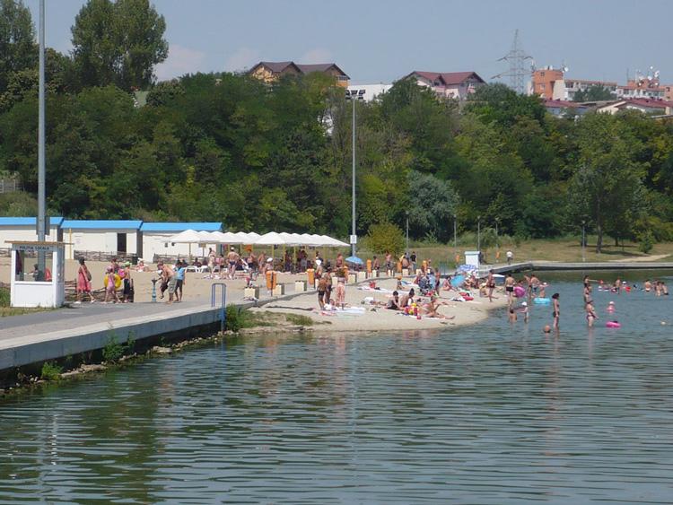 Primăria a început reabilitarea plajei de pe malul lacului Ciuperca