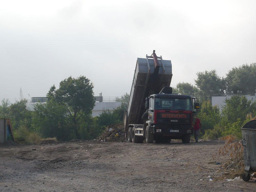 Sute de tone de pământ, înghiţite de ravena din cartierul Dallas