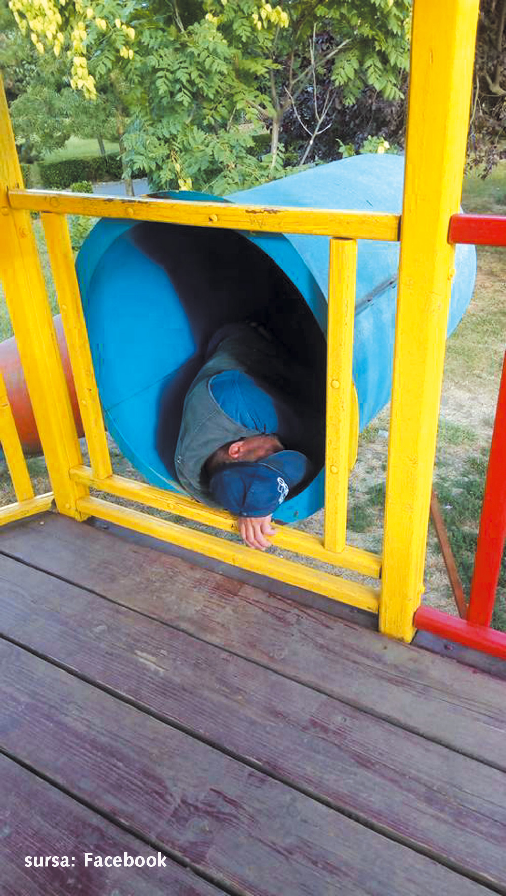 Un om al străzii, fotografiat în timp ce dormea în toboganul din Parcul Personalităţilor