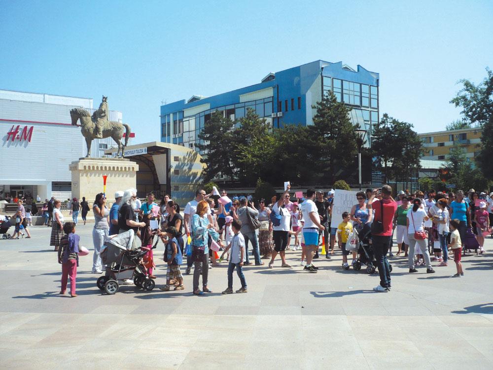 Lipsa medicilor de la Pediatrie scoate oamenii în stradă