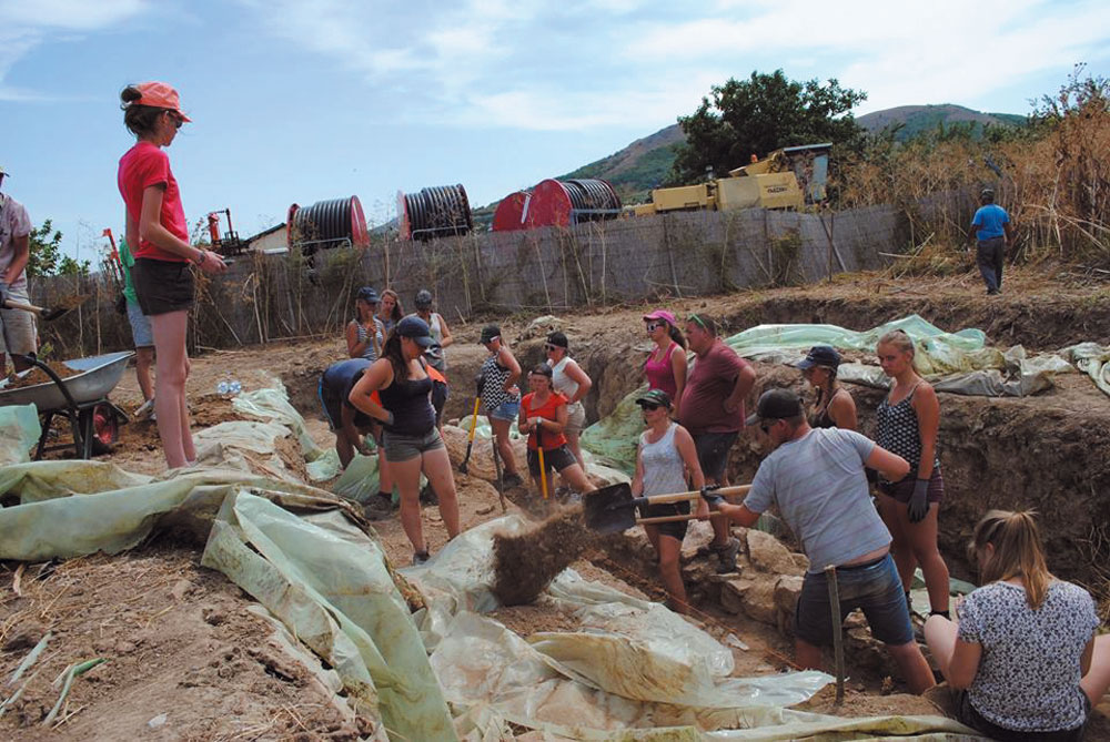 Tinerii cercetaşi belgieni, pentru al treilea an  consecutiv pe şantierul villei romane de la Niculiţel
