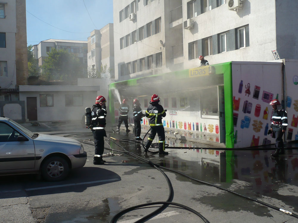 Incendiu devastator la un centru de colectare a deşeurilor