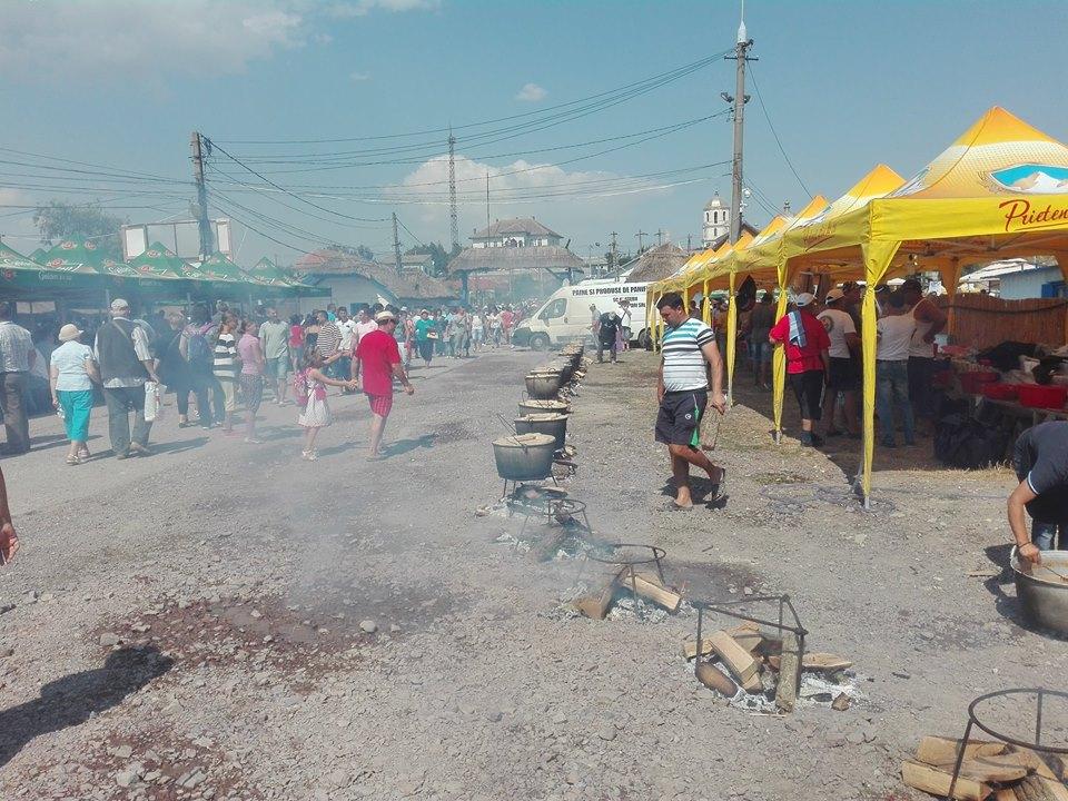 Peste 10.000 de persoane au gustat din borşul pescăresc preparat de pescarii – bucătari din Jurilovca