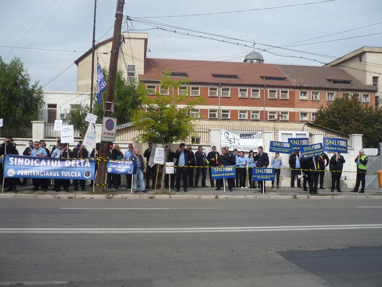 Protest la Penitenciarul Tulcea. Gardienii au ieşit în stradă