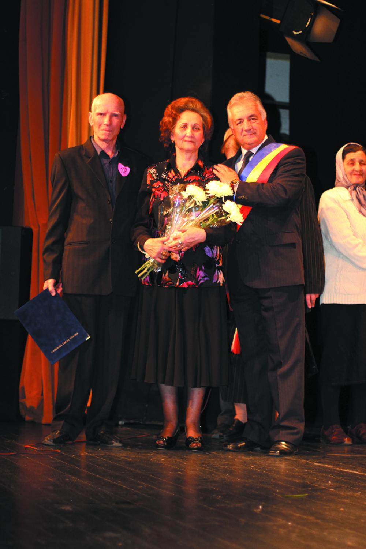 Un număr de 40 de cupluri care au împlinit o jumătate de secol de căsnicie, premiate de primarul Constantin Hogea