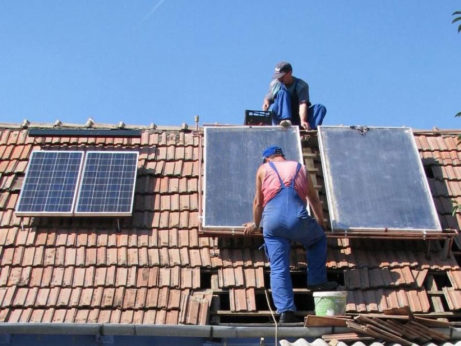 Aglomeraţie la APM. Tulcenii vor să ia bani de la stat pentru panouri solare