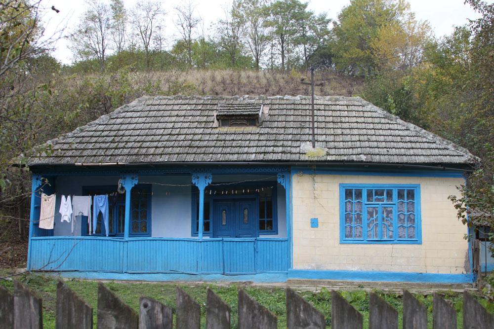 Stupinele, bărcile sau paziile caselor tradiţionale din Luncaviţa – vopsite în culorile vieţii