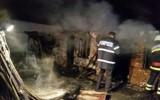 În ajunul Crăciunului, două persoane au ars într-un incendiu