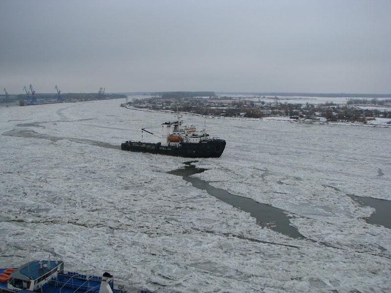 Trei remorchere sunt pregătite pentru spargerea podurilor de gheaţă pe Dunăre