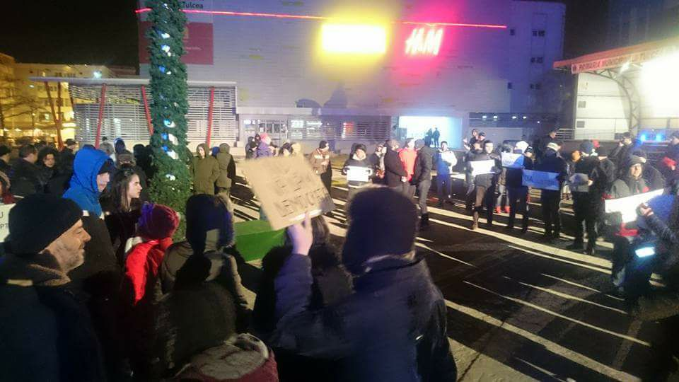 Sute de protestatari pe străzile oraşului