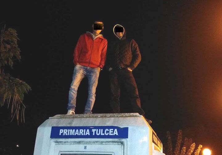 """Tineri teribilişti s-au cocoţat """"pe capul"""" Poliţiei Locale"""
