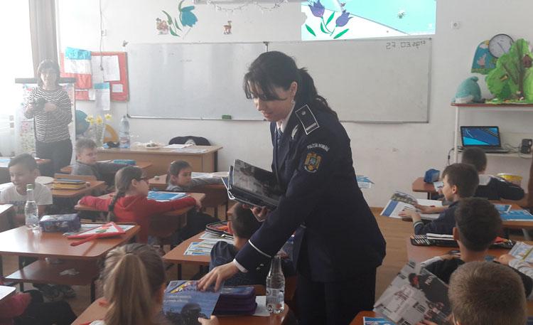 """""""Balena albastră"""" a trimis poliţiştii tulceni în şcolile din municipiu"""