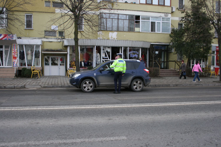 Poliţiştii tulceni au amendat cu flori doamnele în trafic