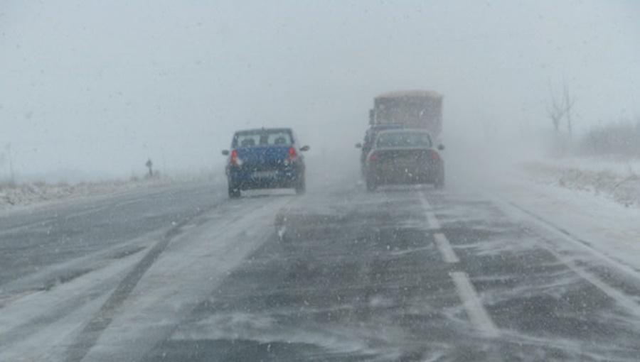 Iarnă în toată regula şi la Tulcea. Utilajele de la Drumuri Naţionale au acţionat ieri pentru deszăpezirea mai multor drumuri