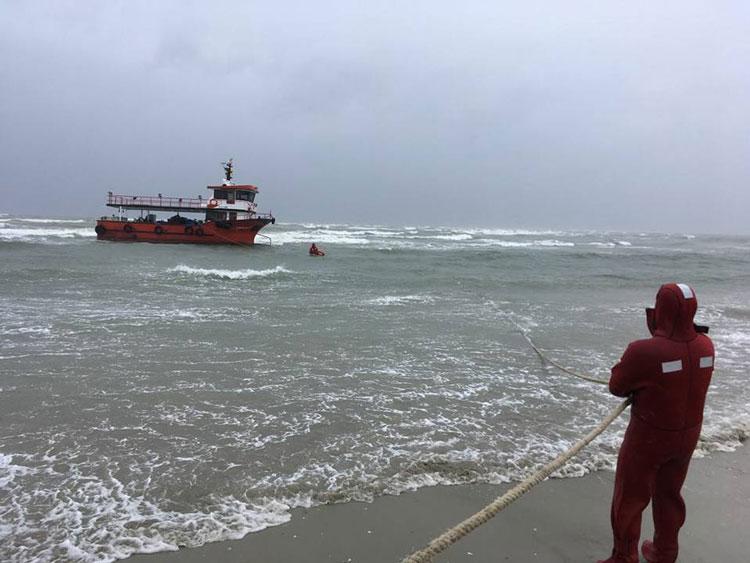 Navă eşuată în apropiere de Sfântu Gheorghe. Localnici implicaţi în  operaţiunea de salvare a echipajului!