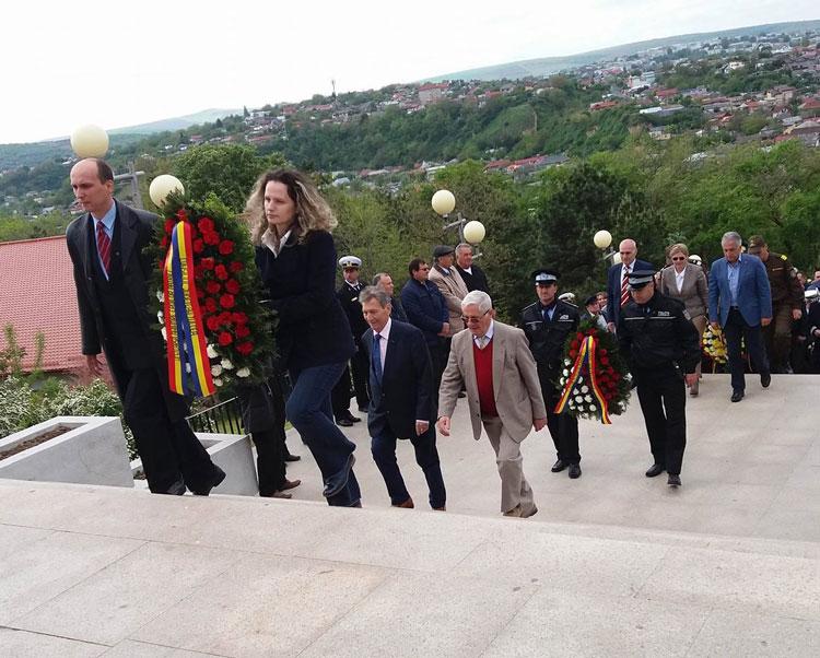 Ziua Independenţei de Stat a României, Ziua Victoriei Coaliţiei Naţiunilor Unite în cel de-al Doilea Război Mondial şi Ziua Uniunii Europene, marcate la Monumentul Independenţei