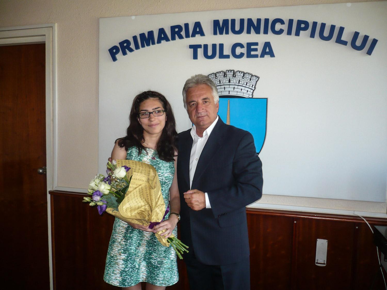 Primarul Constantin Hogea a premiat-o pe singura elevă din Tulcea care a luat 10 la Bacalaureat
