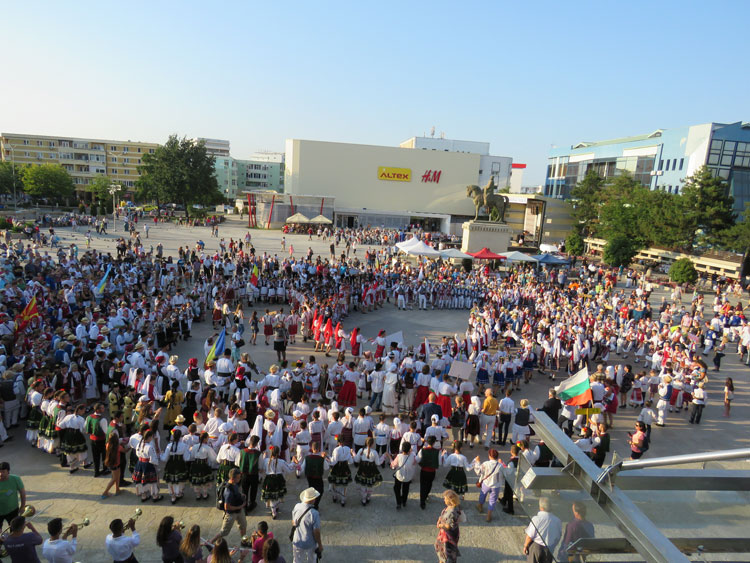 Peste 1.400 de micuţi artişti concurează, în aceste zile, pentru Marele Trofeu al Peştişorului de Aur