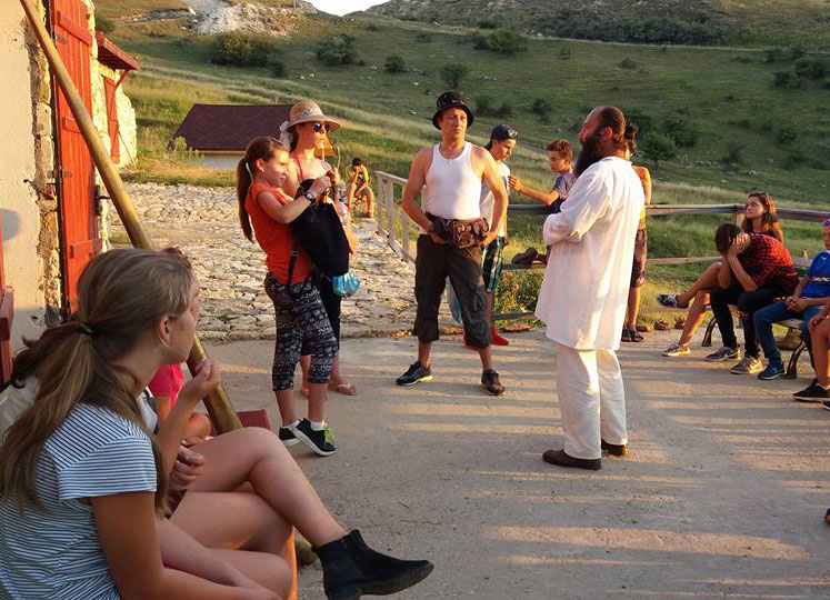 Copii din Maliuc, experienţă unică la Năeni:  au vizitat satul dacic