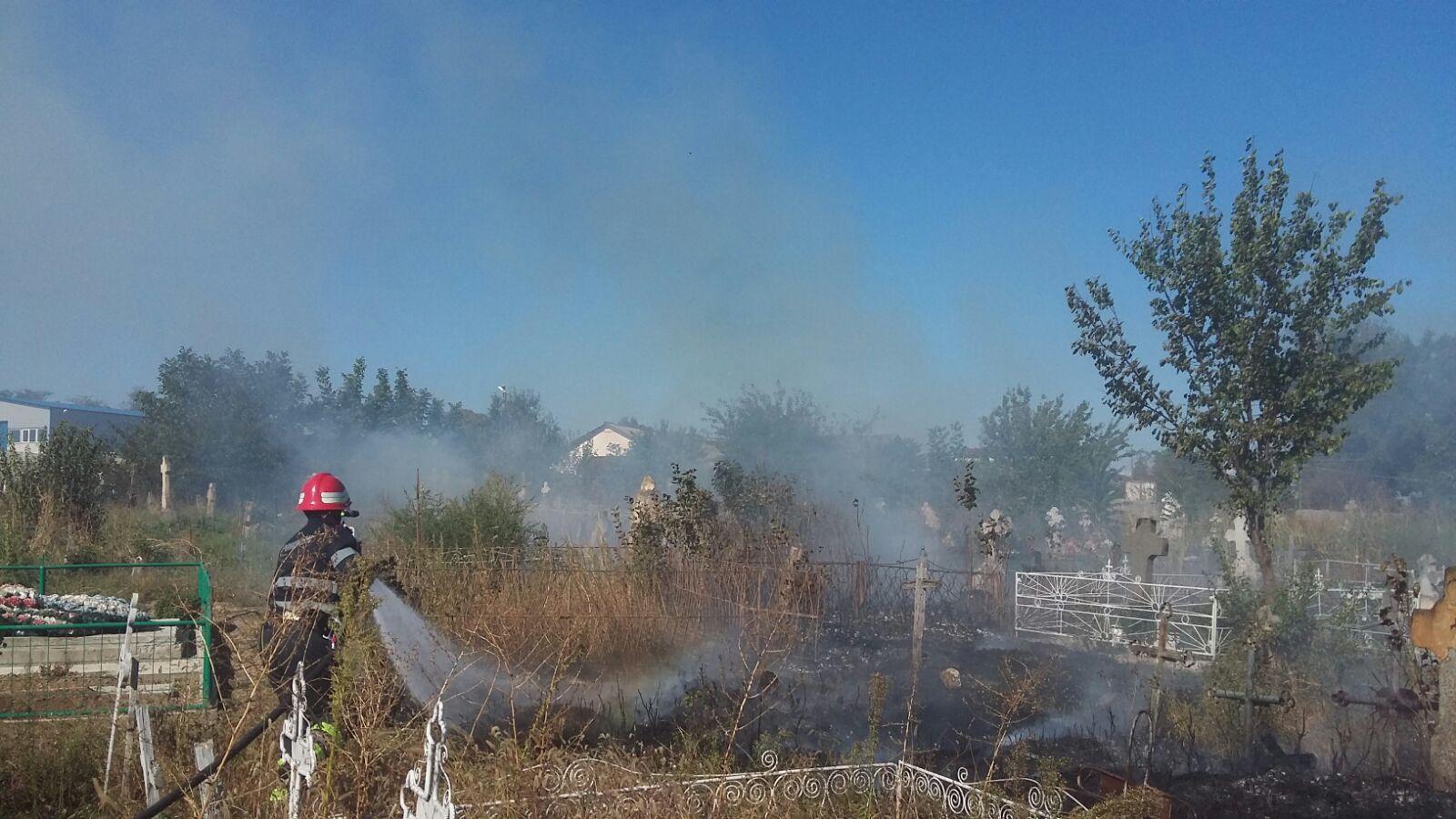 De Ziua Crucii, au luat foc crucile: cimitirul din Babadag, mistuit de flăcări!